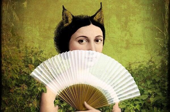 センスで口を隠す動物の耳の女性