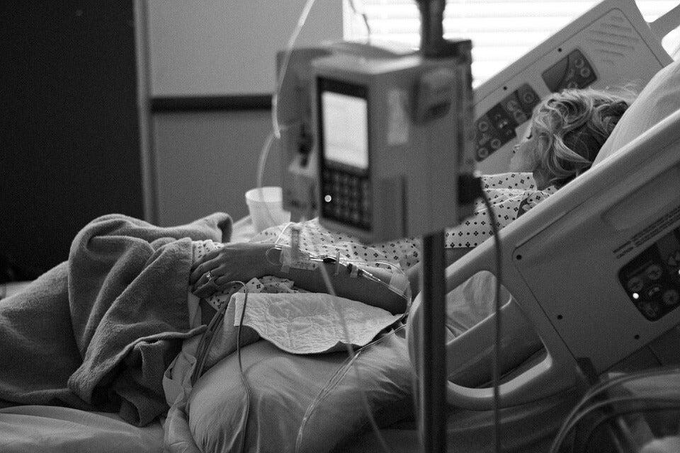 病室に横たわる女性