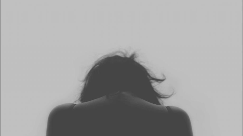 灰色の女性の後ろ姿