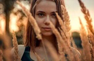 麦の間からこちらを見る女性