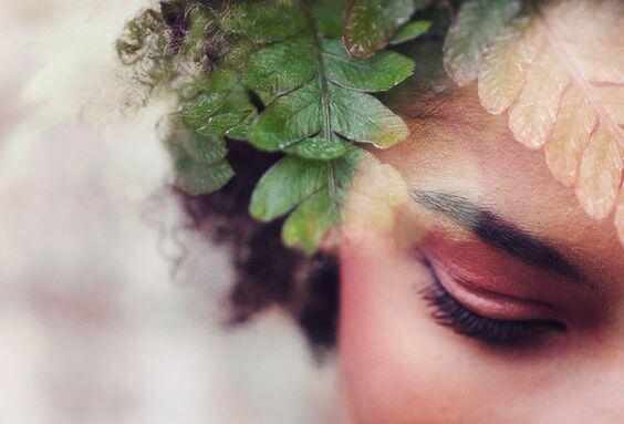 シダの葉と女性の顔