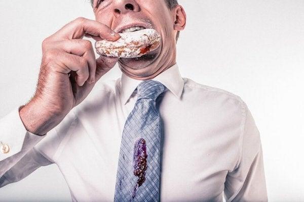 ネクタイを汚しながらドーナツを食べる
