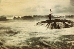 海の真ん中に立つ人