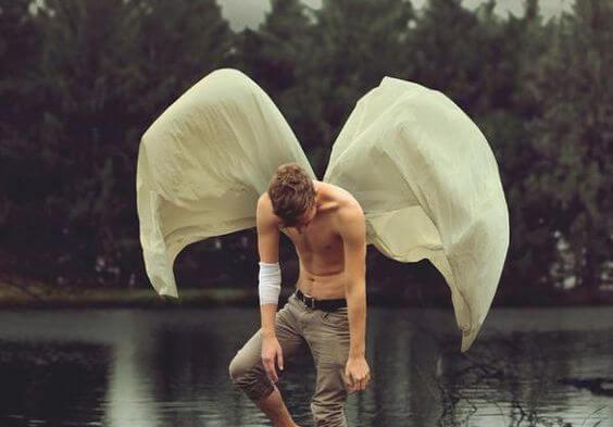 背に羽をもった男性