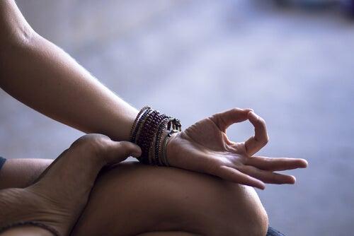 瞑想する手