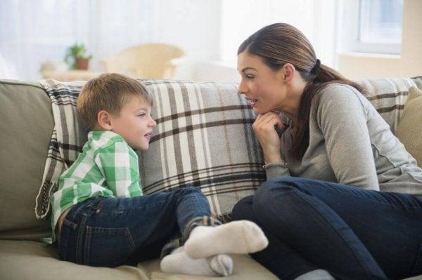 会話する母親と子供