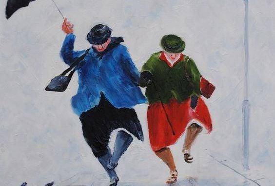 傘をさして陽気に歩く老夫婦