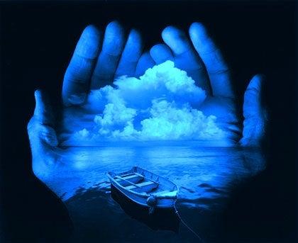 手のひらに映る海とボート