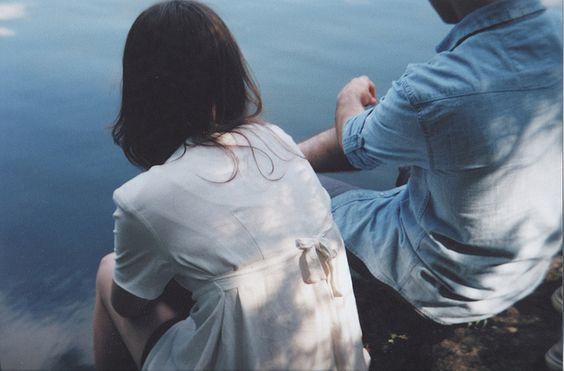 水辺に座る二人