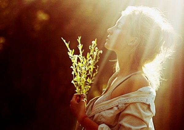 草を手にする女性