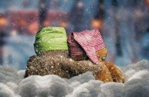 雪の中の2つのぬいぐるみ