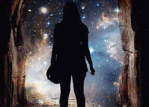 宇宙を見つめる女性の影