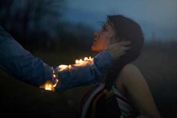 燃えた手で女性の顔をなでる