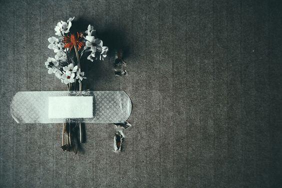 バンドエイドで止められた花