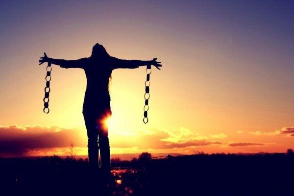 手に鎖を付けた女性