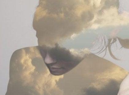 雲と女性の影