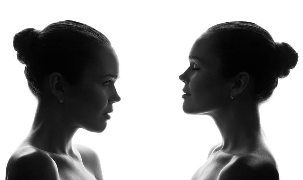 自分自身と向き合う女性