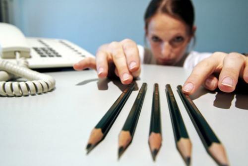 鉛筆を並べる女性