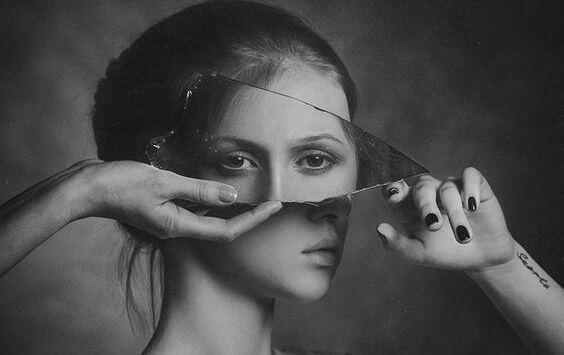 鏡の破片に映る女性の目