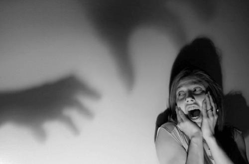 影を恐れる女性