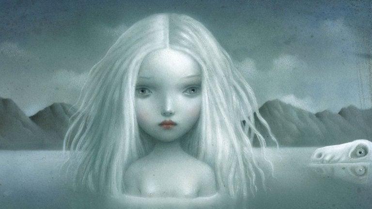 湖の中の白髪の少女