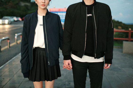 黒服の手つなぎカップル