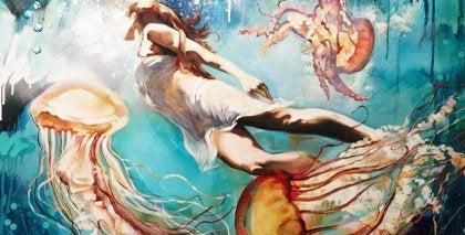 クラゲと泳ぐ女性