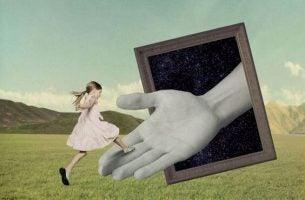 女の子と大きな手