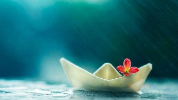 雨の中の小舟