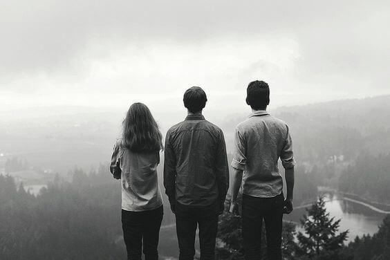 3人の人と山