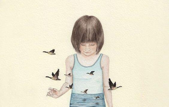 空のシャツを着た少女と鳥
