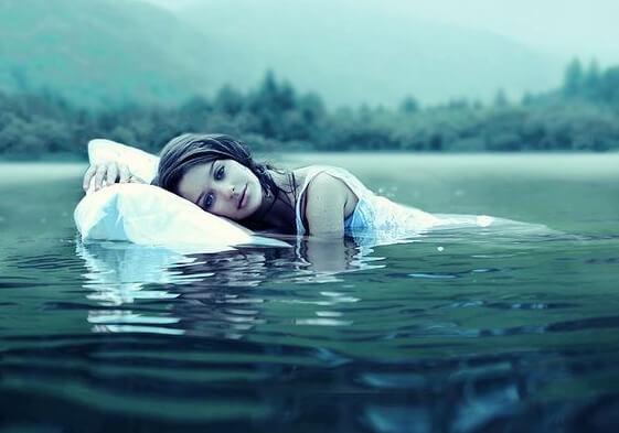 水の上に浮かぶ女性