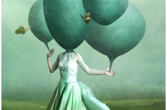 頭が風船の女性