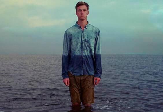 海にたたずむ男性