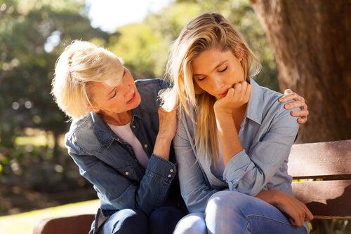友達を励ます女性