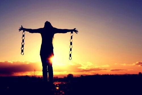 鎖を腕に付けた女性