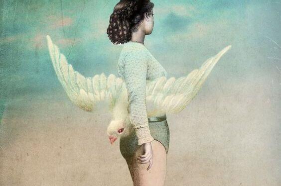 鳥をわきに抱えた女性