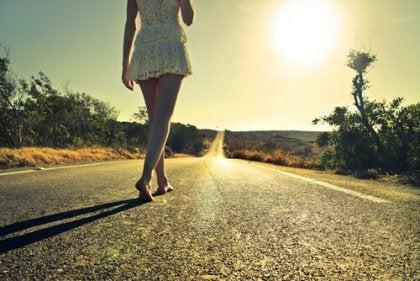 長い道を歩く女性