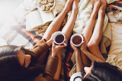 コーヒーを手に語らう友達