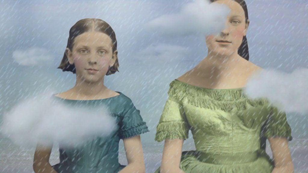 雲の間に立つ二人の少女