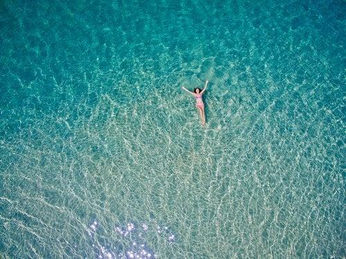 海の中の女性