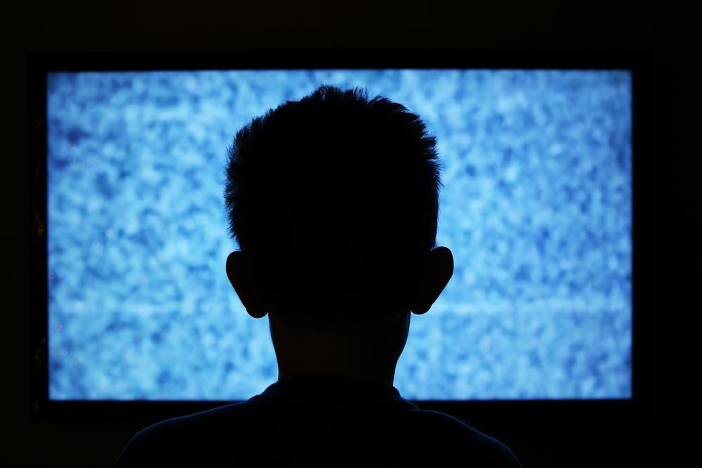 テレビの前の子供