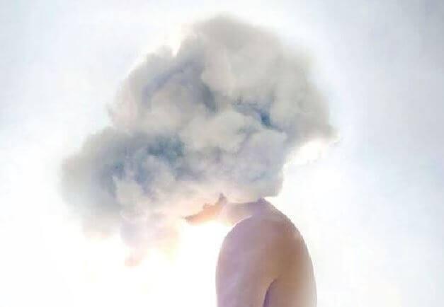 煙に覆われている人