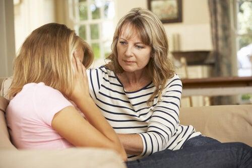 悩む少女と母親