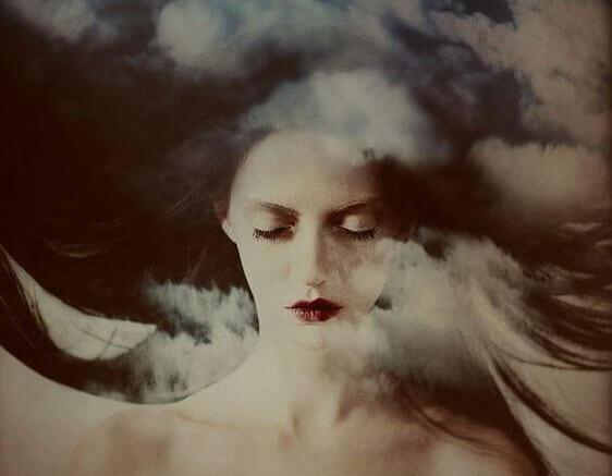 空に浮かぶ女性の顔