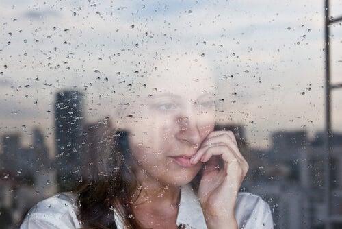 小雨の外を眺める女性