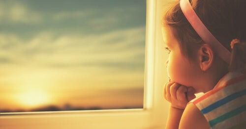 夕暮れを眺める少女