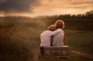 スーツケースに座る二人の子供