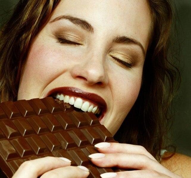 チョコレートをかじる女性