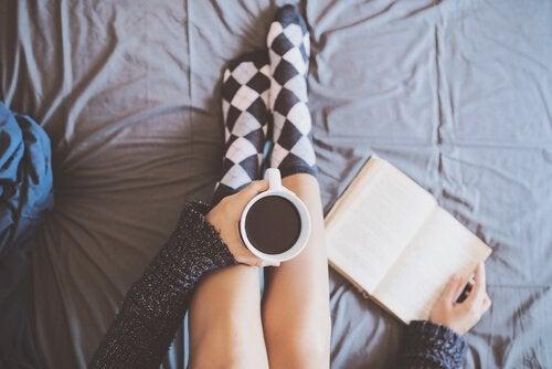 コーヒー片手に本を読む